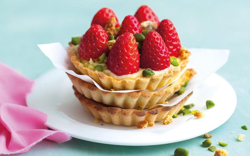 Vanilletarteletts mit Erdbeeren und Pistazienstreuseln