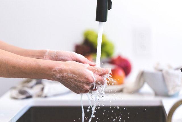 4 Hausmittel, die bei einem verstopften Abfluss helfen